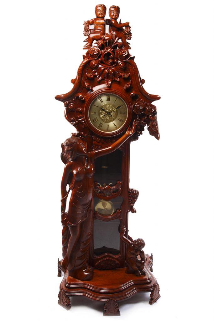 Đồng hồ gỗ hương đỏ thường có màu đỏ sậm, láng mịn, mùi thơm đậm hơn